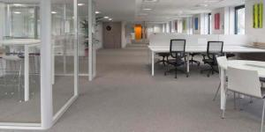 Installations de cloisons amovibles pour bureaux